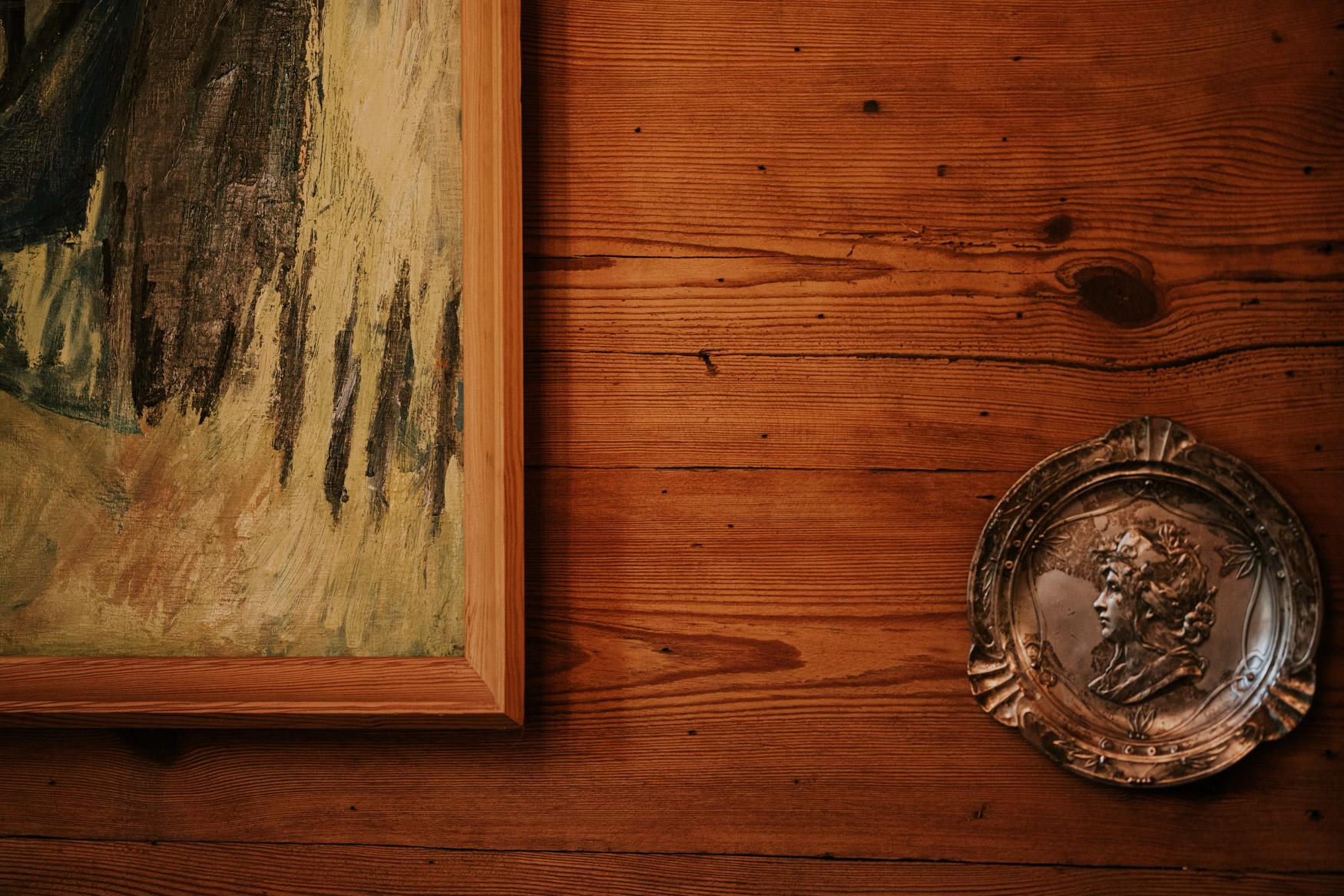 metalowy obraz wiszący na ścianie