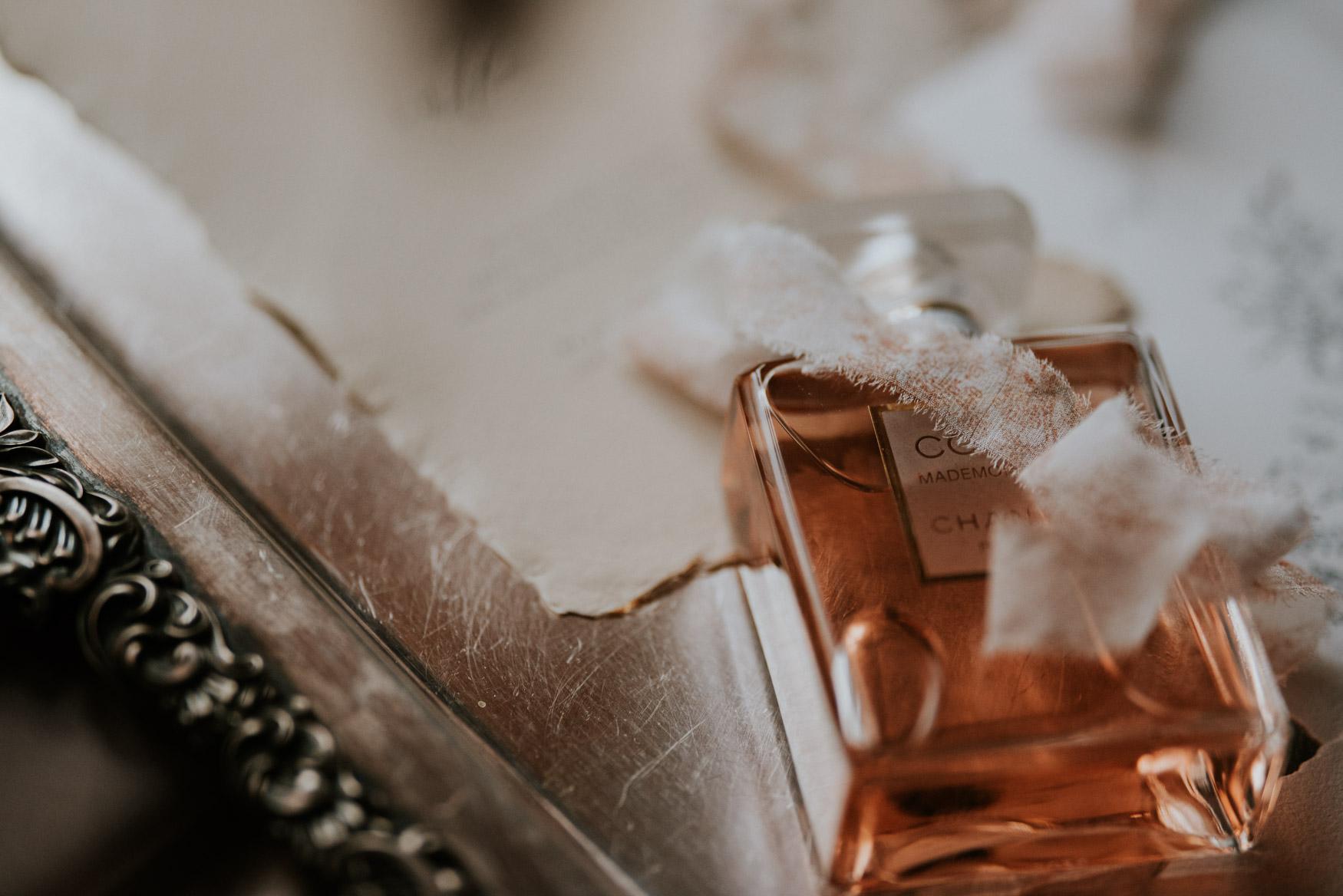 perfumy chanel pod jedwabną wstążką