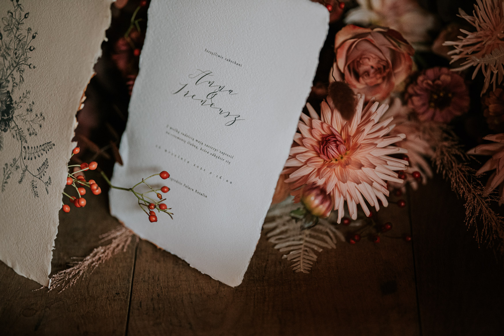 papeteria ślubna ułożona na bukiecie kwiatów