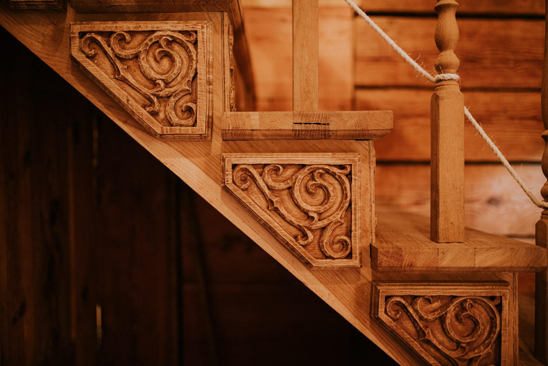 drewniane schody z pięknymi ornamentami