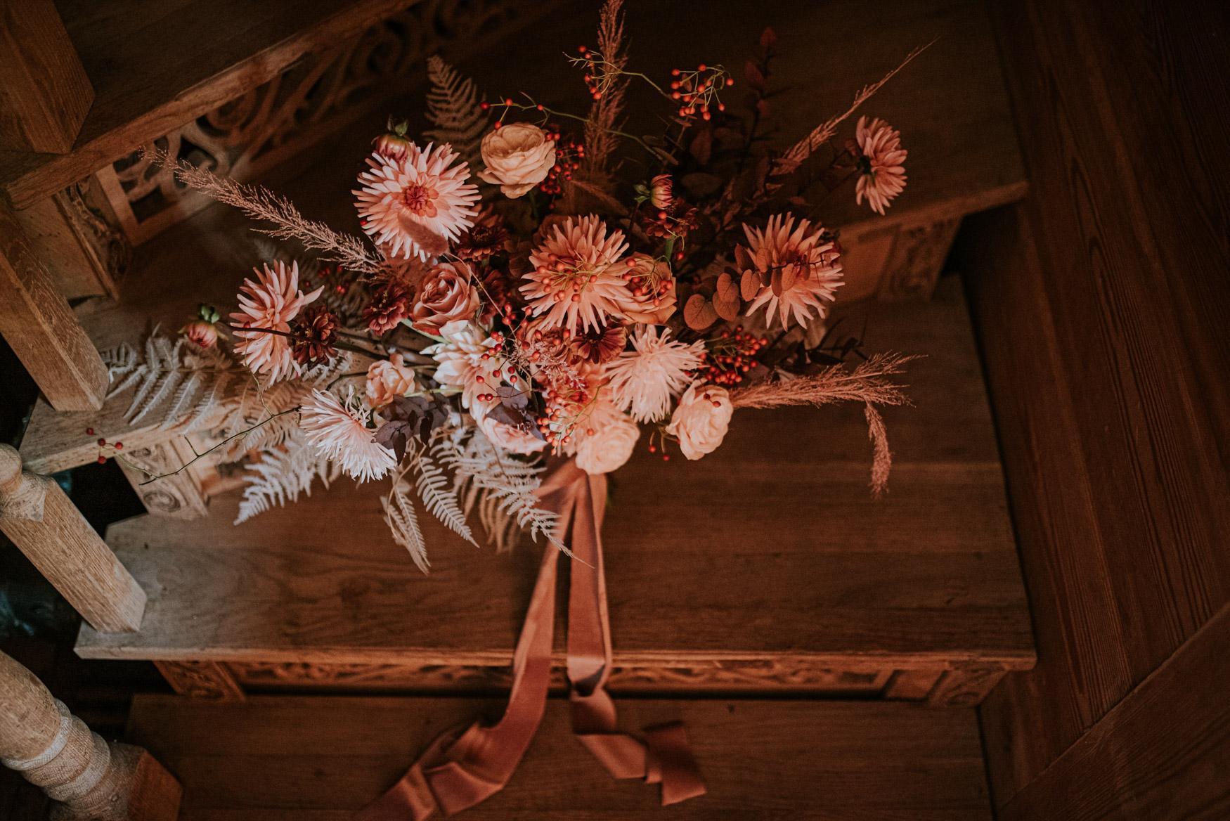 bukiet kwiatów na schodach