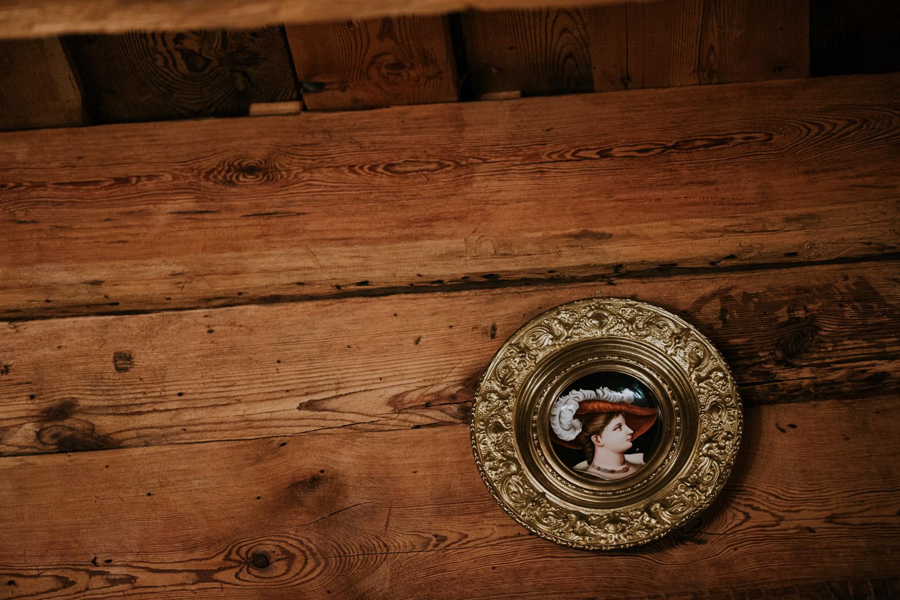 wiszące na ścianie stare malowidło przedstawiające szlachcica