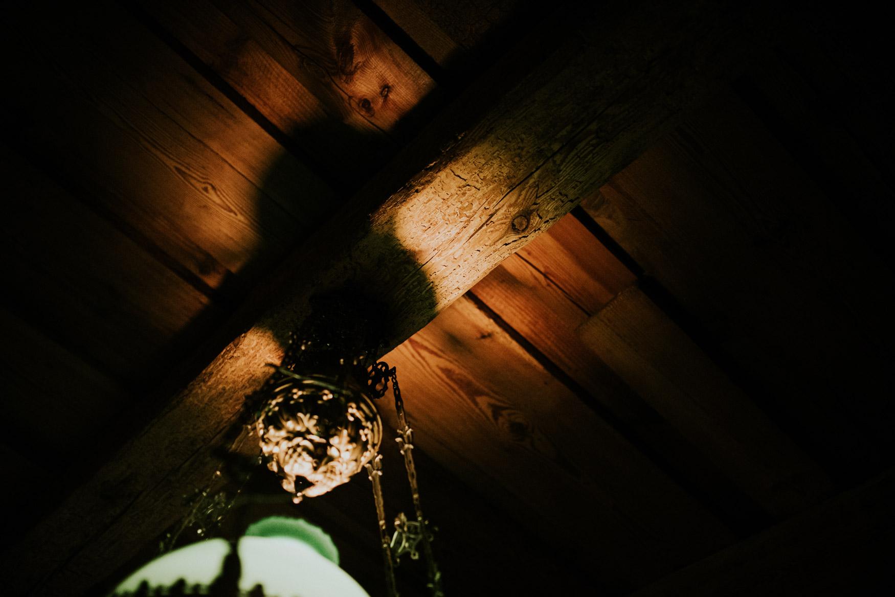 odbicie światła w drewnianym dachu
